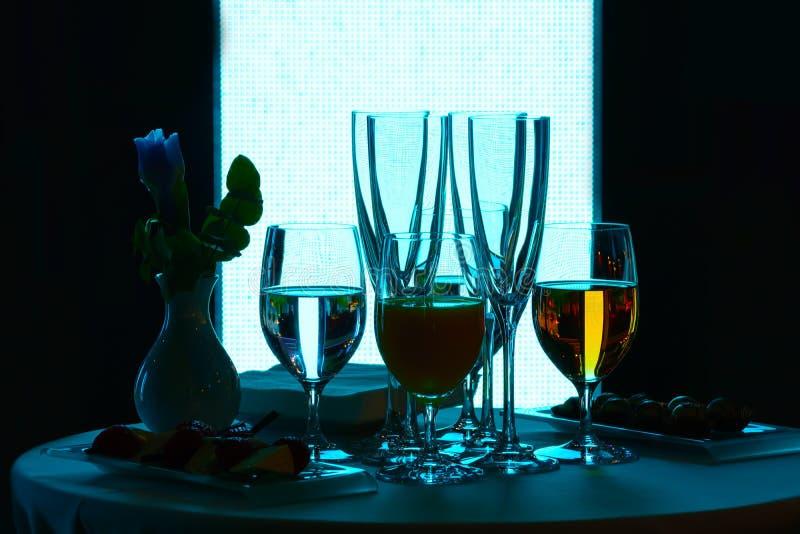 玻璃用酒和水 免版税图库摄影