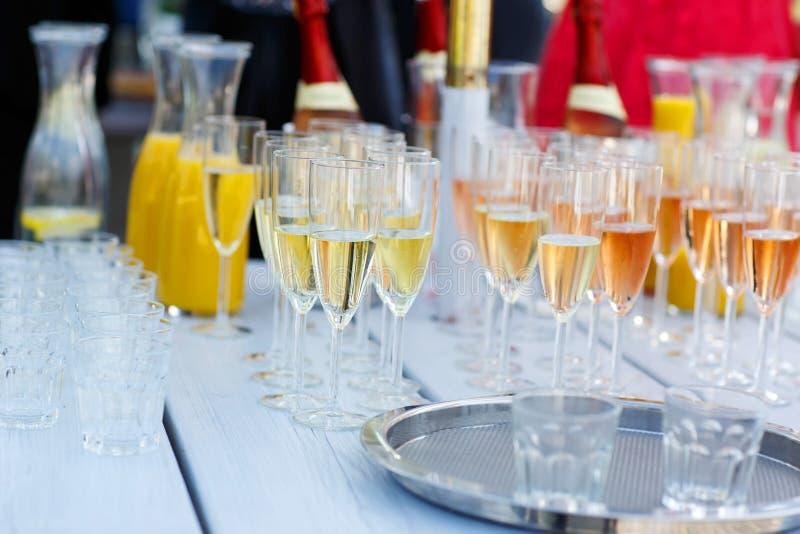玻璃用香槟和酒在夏天婚礼 库存图片