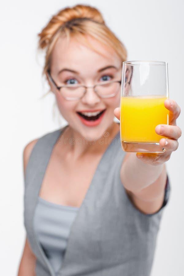 玻璃的妇女用新鲜的汁液 健康寿命 免版税库存图片