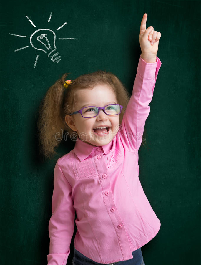 玻璃的愉快的孩子女孩有明亮的想法 免版税库存照片