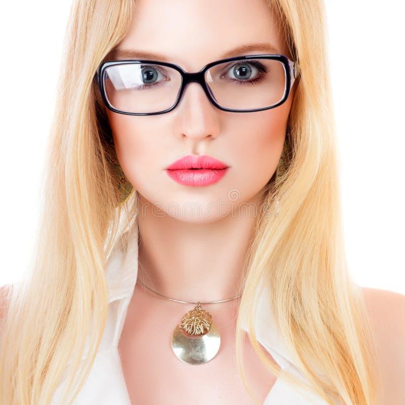 玻璃的美丽的年轻严肃的妇女 免版税库存照片
