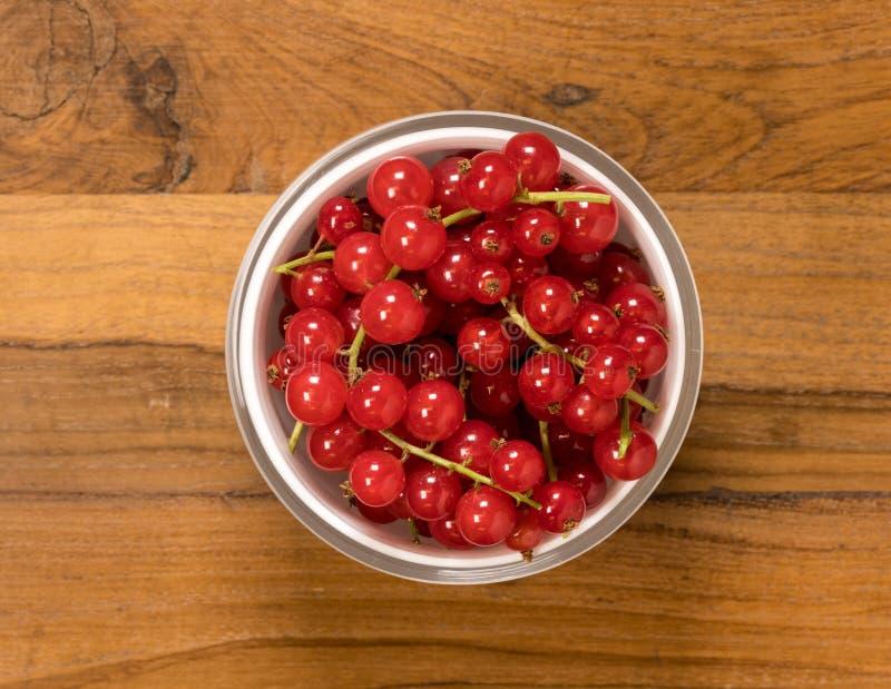 从玻璃碗上看法红醋栗果子 免版税图库摄影