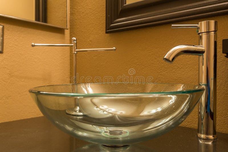 玻璃碗卫生间水槽 免版税库存照片