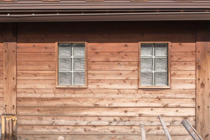 玻璃窗和木墙壁洗手间日本式 免版税库存图片