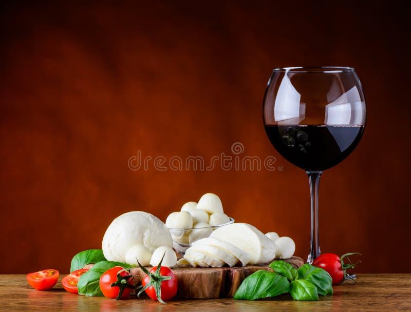玻璃红葡萄酒和无盐干酪乳酪 免版税库存照片