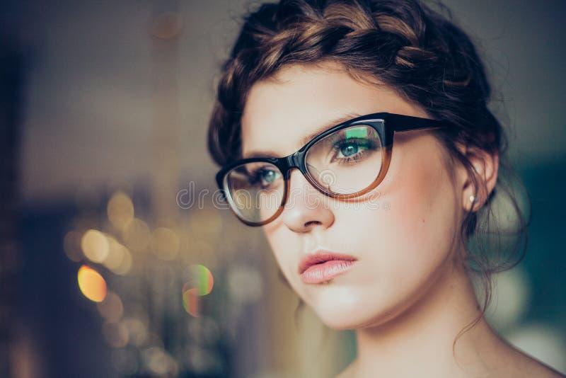 玻璃纵向佩带的妇女年轻人 免版税图库摄影