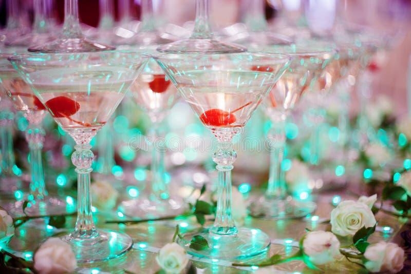 玻璃觚 香槟金字塔  小山玻璃酒和樱桃 对酒精 欢乐的饮料 侍酒者展示 库存照片