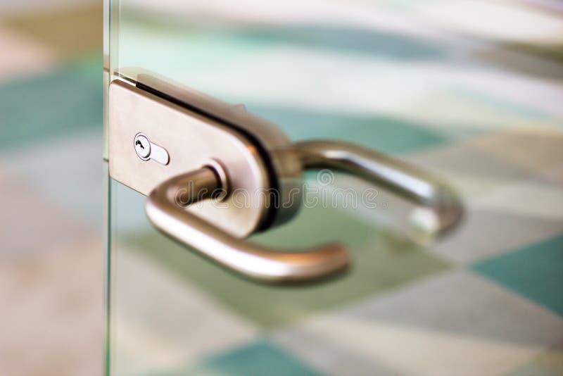 玻璃门的当代门把手 免版税库存图片