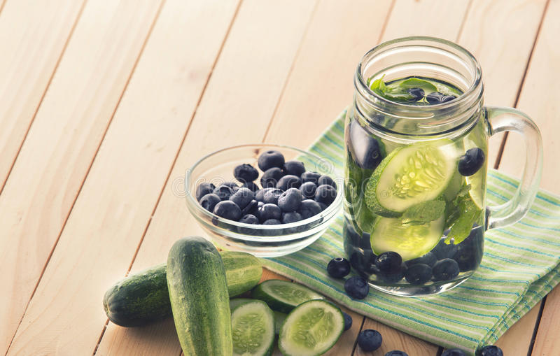 黄瓜和蓝莓的新水果味道的被灌输的水混合 图库摄影