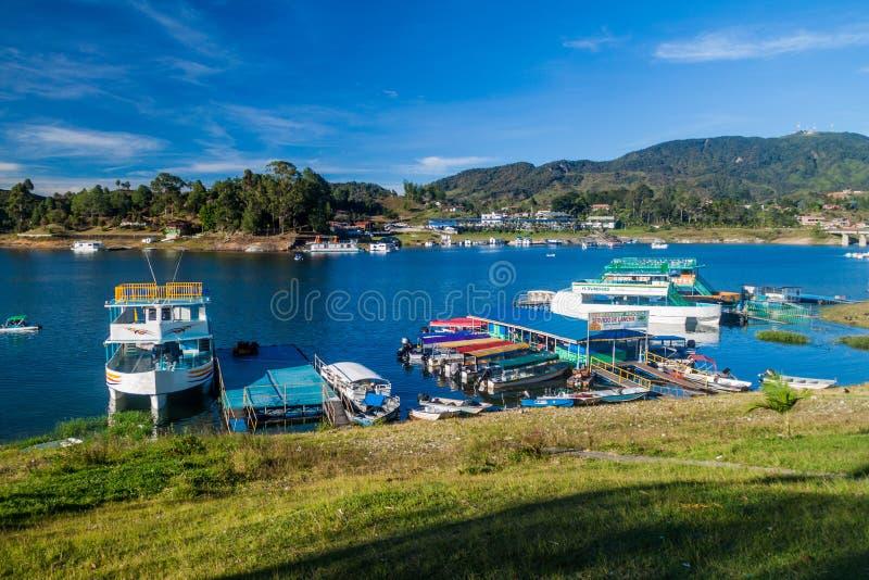 瓜塔佩,哥伦比亚- 2015年9月2日:在Penol湖的小船在瓜塔佩村庄,克罗姆 免版税库存照片