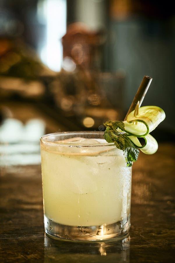 黄瓜柠檬薄荷伏特加酒在酒吧的鸡尾酒饮料 免版税库存图片