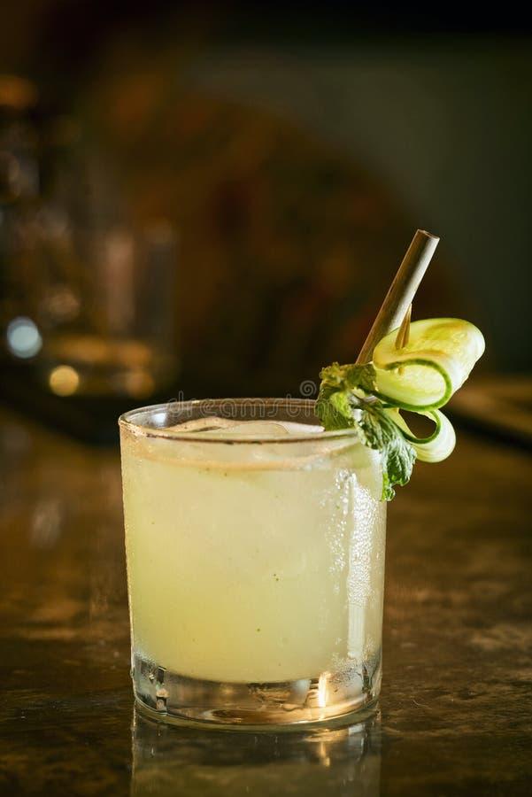 黄瓜柠檬薄荷伏特加酒在酒吧的鸡尾酒饮料 免版税库存照片