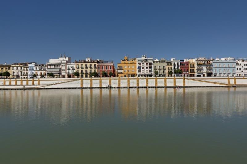 瓜达尔基维尔河河的堤防有特里亚纳区的,塞维利亚 免版税图库摄影