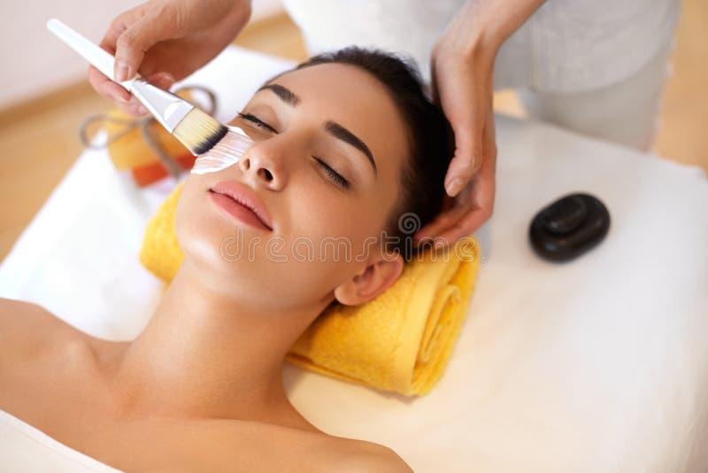 黄瓜面罩处理白人妇女 美容院的妇女得到海洋面具 免版税库存照片