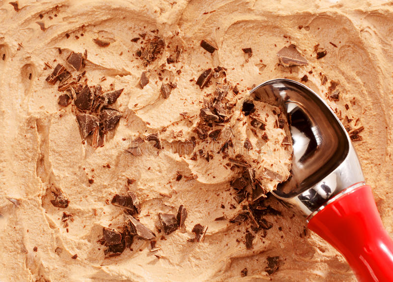 瓢服务与巧克力削片的冰淇凌 库存图片