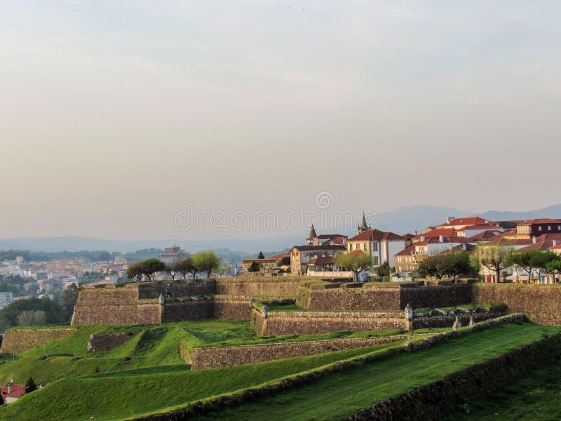 瓦伦西亚福特莱萨有堡垒的防御墙壁的在瓦伦西亚村庄做米尼奥省在葡萄牙 库存照片