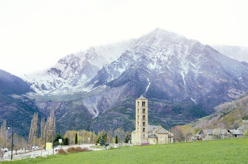 瓦勒的de BoA,加泰罗尼亚的比利牛斯,西班牙美丽如画的镇 罗马式在背景的教会和雪山 免版税库存图片