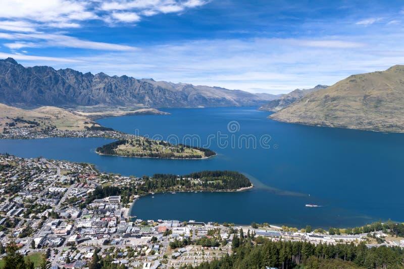 瓦卡蒂普湖和昆斯敦,新西兰的南岛Arial视图  免版税图库摄影