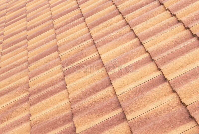 瓦和天空阳光 屋顶承包商概念安装 免版税图库摄影