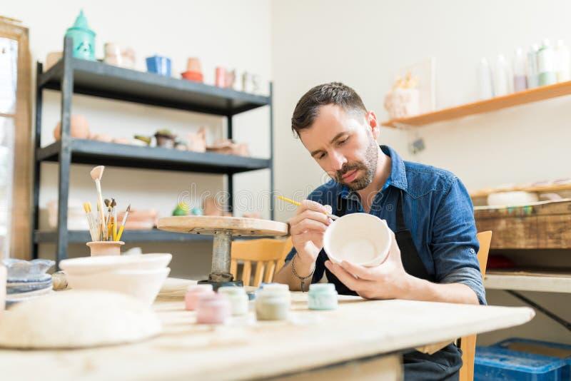 瓦器专家的绘画碗由黏土制成 免版税图库摄影