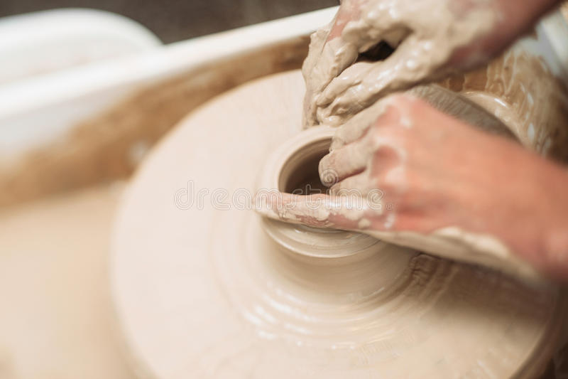 瓦器分类,做泥罐的学生在轮子 库存图片