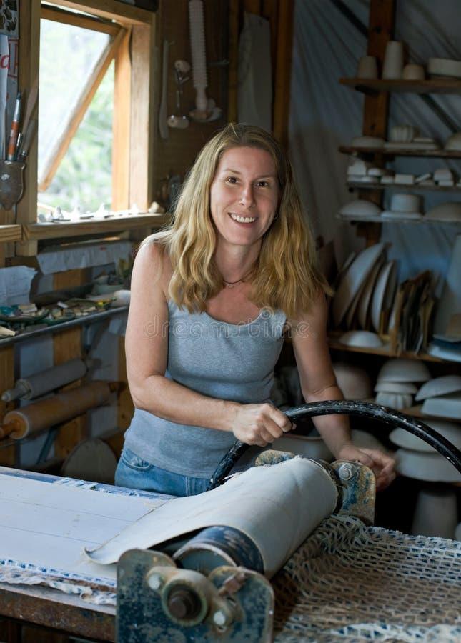 瓦器工作室妇女工作 免版税库存照片