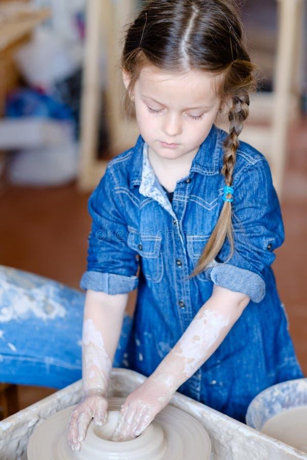 瓦器手工造爱好女孩形状黏土轮子 免版税图库摄影