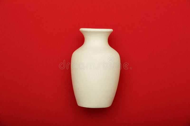瓦器,花瓶,在红色背景隔绝的白色黏土水罐 由白色黏土做的瓦器大模型在红色背景 免版税图库摄影