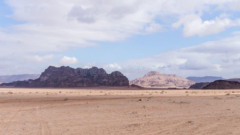 瓦地伦沙漠的迷人的秀丽在亚喀巴市附近的在约旦 库存图片