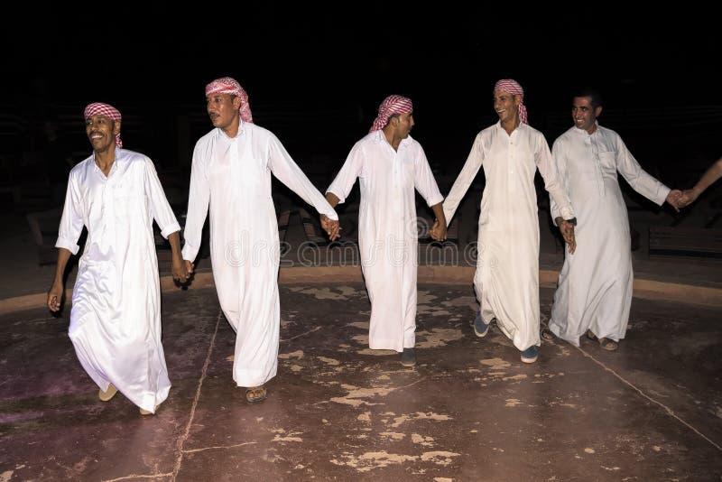 瓦地伦9月17日2017年沙漠约旦 在晚餐以后,流浪者做一个大党,与坚硬西部音乐、快餐和饮料 库存图片