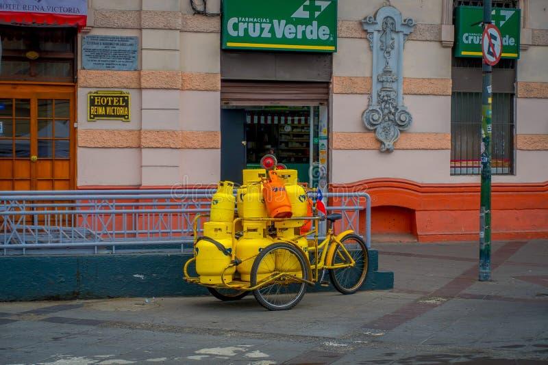 瓦尔帕莱索,智利- 2018年9月, 15日:许多煤气罐室外看法在一辆三轮车里面的在药房前面和 图库摄影