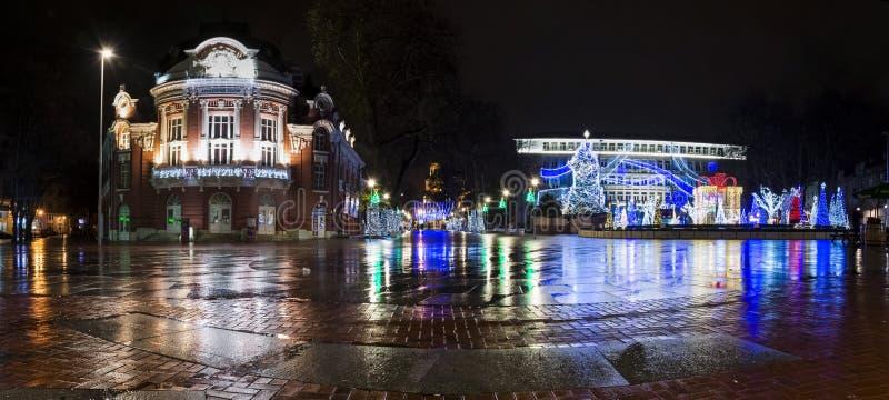 瓦尔纳市中心的全景在夜,圣诞节illu之前 库存照片