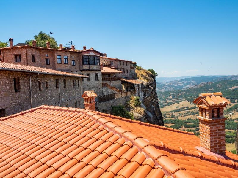 瓦屋顶和古老大厦看法在Megala迈泰奥拉修道院里在迈泰奥拉,希腊 免版税图库摄影