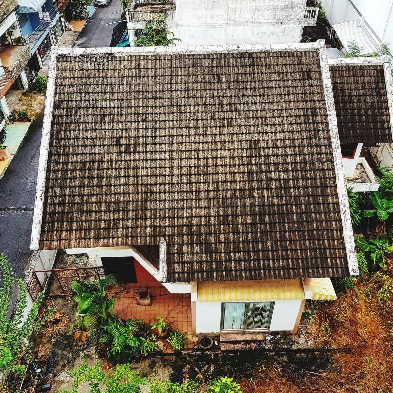 瓦屋顶房子在城市 免版税库存图片