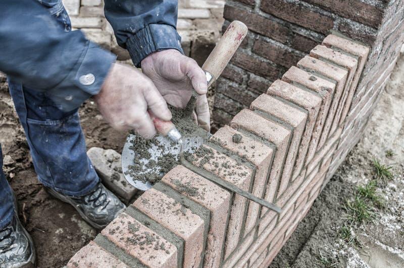 瓦工与砖一起使用 图库摄影