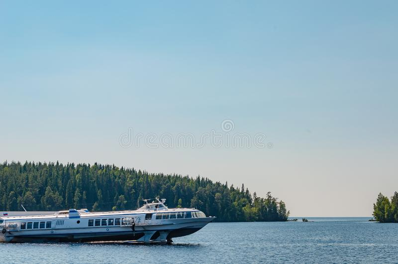 瓦拉姆群岛海岛,俄罗斯07 17 2018年:在水翼艇的船运输游人和香客在瓦拉姆群岛的海岛之间 库存照片