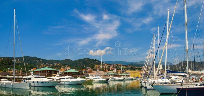 瓦拉泽小游艇船坞全景在利古里亚,意大利 免版税库存照片