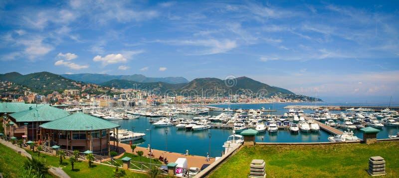 瓦拉泽小游艇船坞全景在利古里亚,意大利 库存图片