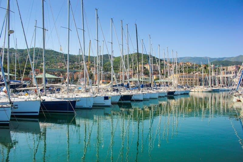 瓦拉泽小游艇船坞看法在利古里亚,意大利 免版税图库摄影