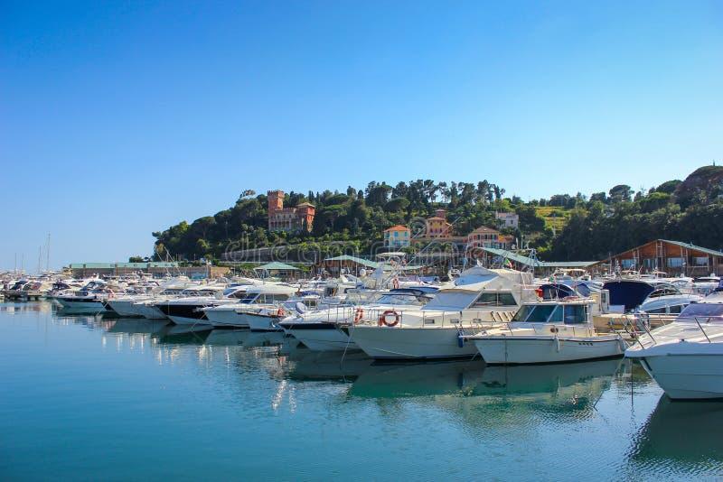 瓦拉泽小游艇船坞看法在利古里亚,意大利 免版税库存照片