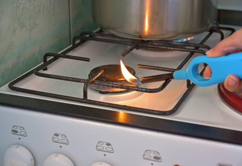瓦斯器具的燃烧由打火机和手的 库存照片