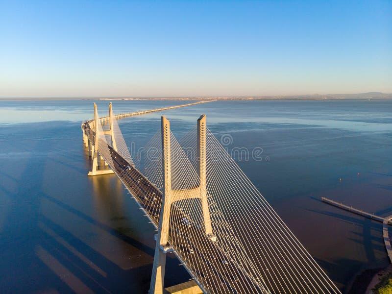 瓦斯科・达伽马在日出的桥梁风景 其中一座最长的桥梁在世界上 里斯本是一个惊人的旅游目的地 免版税库存照片