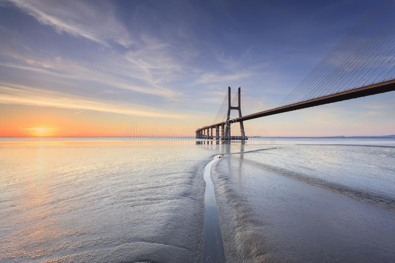 瓦斯科・达伽马桥梁在日出的里斯本 免版税库存照片