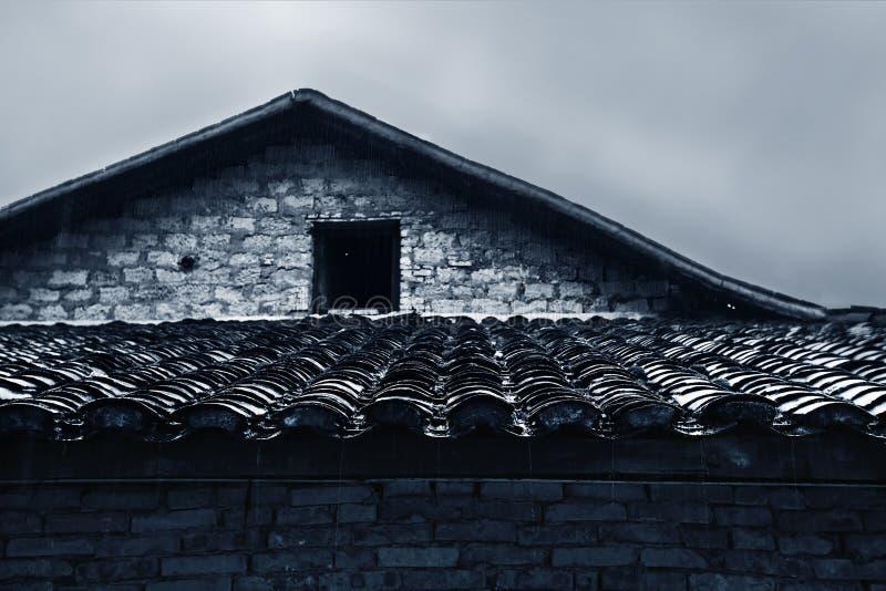 瓦片被顶房顶的房子 库存图片