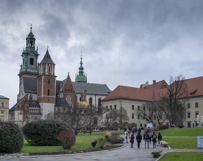 瓦维尔主教座堂看法,在瓦维尔山城堡里面在克拉科夫,寒冷的,下雨天,波兰 库存图片