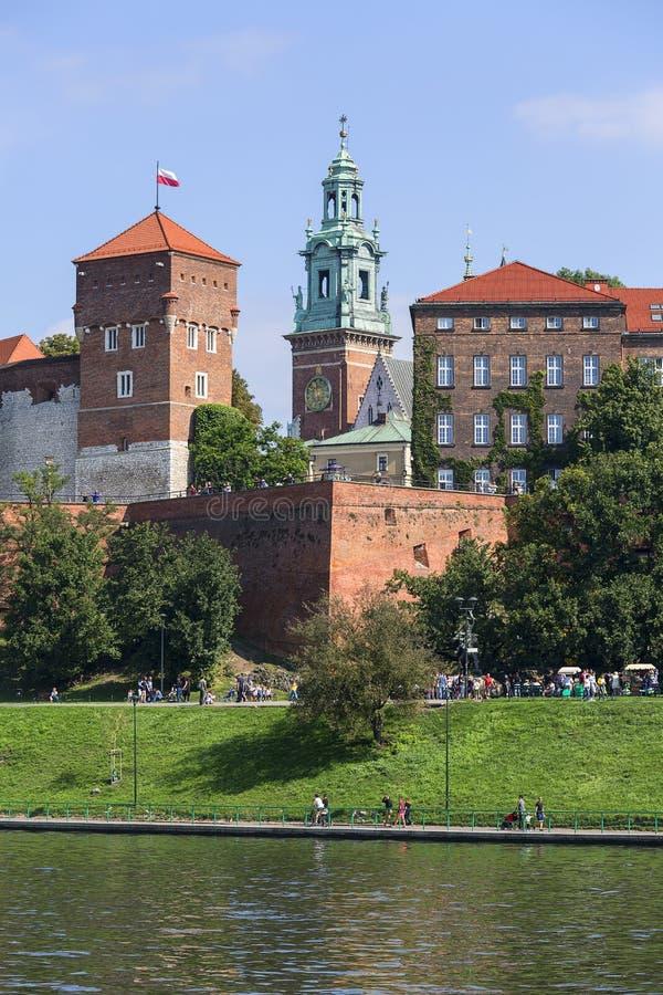 瓦维尔山皇家城堡,从维斯瓦河,克拉科夫,波兰的边的看法 库存照片