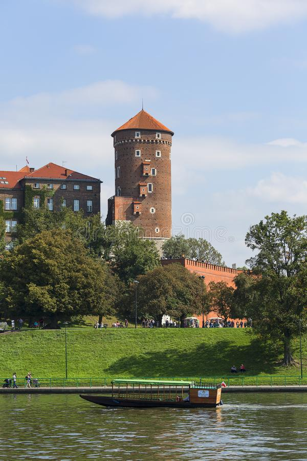 瓦维尔山皇家城堡,从维斯瓦河,克拉科夫,波兰的边的看法 免版税库存照片