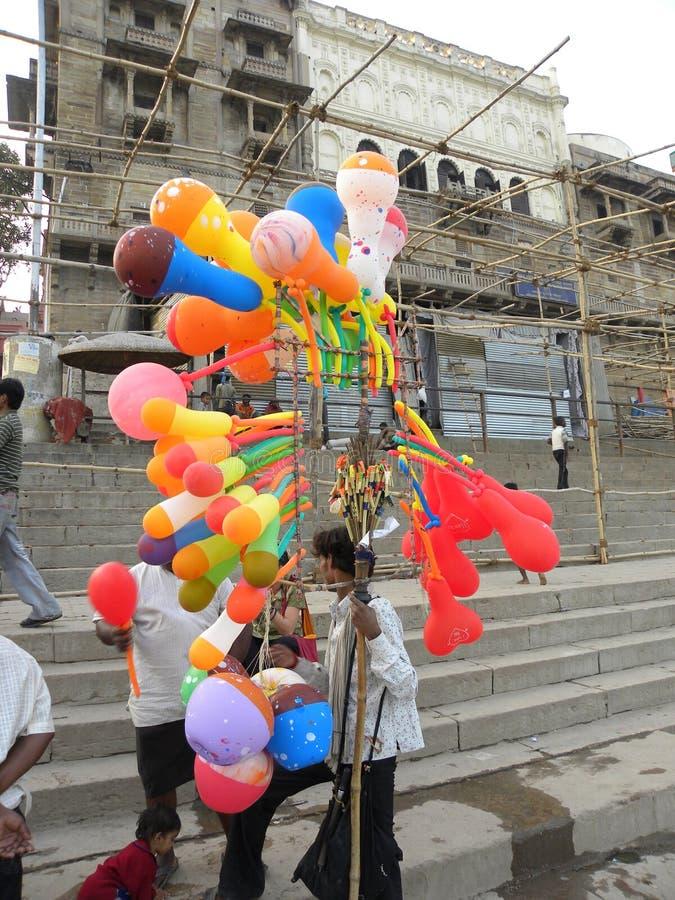瓦腊纳西,北方邦,印度- 2009 11月2日A有五颜六色的气球的气球卖主 免版税库存图片