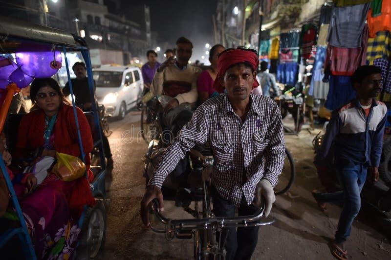 瓦腊纳西,印度, 2017年11月25日:瓦腊纳西打鸣的街道  库存照片