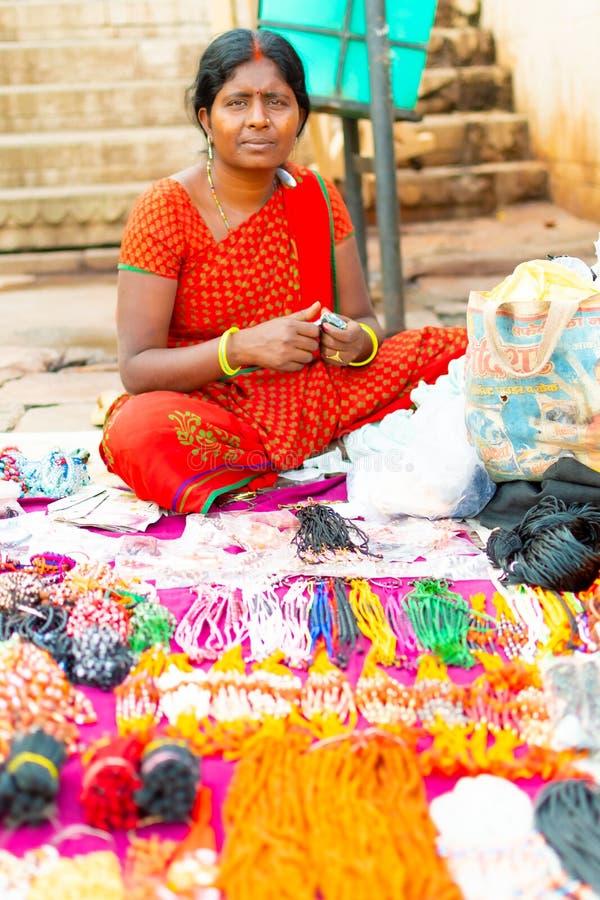 瓦腊纳西,印度,2019年3月10日-未定义妇女在恒河ghats附近卖诗歌选和纪念品的街道商店 免版税库存图片